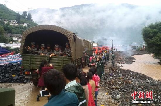 8月18日,云南鲁甸地震重灾区龙头山镇,民众送别参与救援的解放军图片