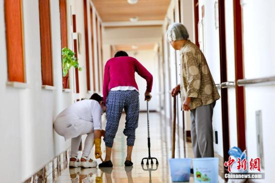 """老唐说:""""中国已经开始进入老龄社会,会有更多的如父母一样的老人需要照顾,得到更多社会的关注,也需要得到更多的各级政府的关注。养老产业是一个朝阳产业,发展前景还是很大的,我们有决心把他做的更好。只是希望政府能对地方的养老产业多一些政策倾斜,减免一些相应租金税收的收取,希望能有更多的社会各界的朋友一起为中国养老产业的大力发展贡献力量。""""<a target='_blank' href='http://www.chinanews.com/'>中新社</a>发 陆欣 摄"""