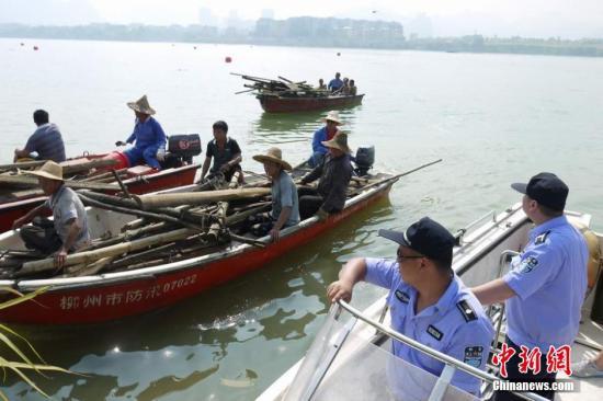 资料图:广西柳州市城市管理行政执法局水上综合执法大队对违法建筑进行强制拆除。韦东明 摄