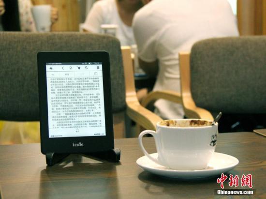 """9月1日,一名南京大学生和女友利用暑假打造的国内首家""""电子书咖""""正式开张营业。这是一家提供电子书阅读的咖啡屋,顾客可在喝咖啡的同时,通过书咖设备和账户免费阅览小姚购买的正版电子书库,还可以加入会员获得更多阅读便利。<a target='_blank' href='http://www.chinanews.com/'>中新社</a>发 王路宪 摄 图片来源:CNSPHOTO"""