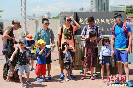 湖南卫视热播节目《爸爸去哪儿》第二季在台湾花莲录制。 中新社发 湖南广播电视台 供图
