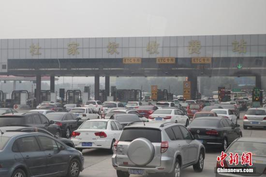 资料图:北京高速公路出城方向。中新社发 熊然 摄