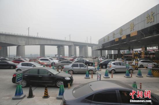 资料图:以往中秋小长假第一天,北京高速公路出城偏向迎来车流量岑岭。<a target='_blank' href='http://www.chinanews.com/'>中新社</a>发 熊然 摄
