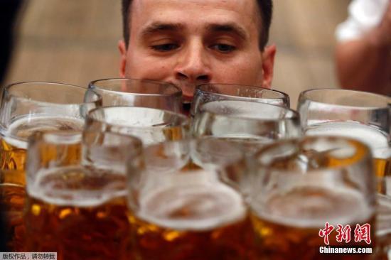 """脱欧问题太苦恼?巴黎酒吧推""""脱欧啤酒""""以消愁"""