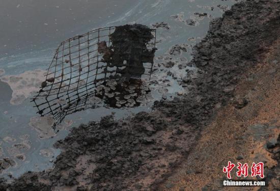 资料图:腾格里沙漠腹地现巨型排污池。陈杰 摄 图片来源:CFP视觉中国