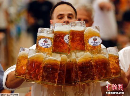 当地时间9月7日,德国阿本斯贝格,德国人Oliver Struempfl参加竞赛,手端27个一升啤酒杯子前行40米,打破吉尼斯世界纪录。