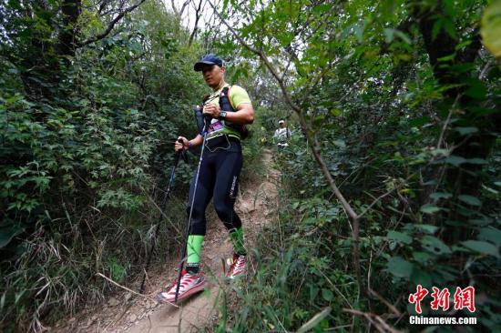 9月14日,2014ASICS亚瑟士北京山地马拉松赛在西山国家森林公园开赛。在42.195公里的赛道中包括了盘山公路、碎石路、山林小径、台阶等各种路况,赛事吸引了千余名长跑及越野跑爱好者参与。中新社发 富田 摄