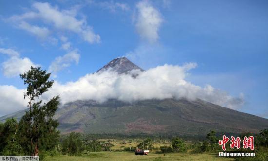 当地时间9月16日,菲律宾黎牙实比马荣火山最近活动加剧,有专家担心称该火山或在数周内喷发,目前,当地政府已经紧急疏散火山口附近的1.2万居民。