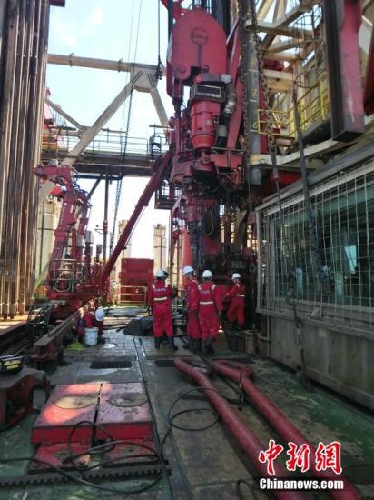 """9月16日,$_n_o_t1_0_$记者有幸首次登上981钻井平台,揭开""""海洋石油981""""的神秘面纱。""""海洋石油981""""(以下简称981)深水钻井平台,已经成为中国南海上一个广受关注的所在。中国海洋石油总公司宣布,""""海洋石油981""""钻井平台日前在南海北部深水区测试获得高产油气流。测试日产天然气56.5百万立方英尺,相当于9400桶油当量。据测算,这是中国海域自营深水勘探的第一个重大油气发现。 $_n_o_t1_0_$记者 刘辰瑶 摄"""