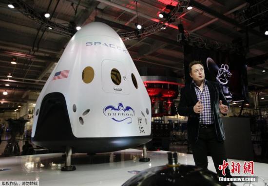 """资料图:SpaceX公司首席执行官在介绍""""龙""""载人飞船。"""
