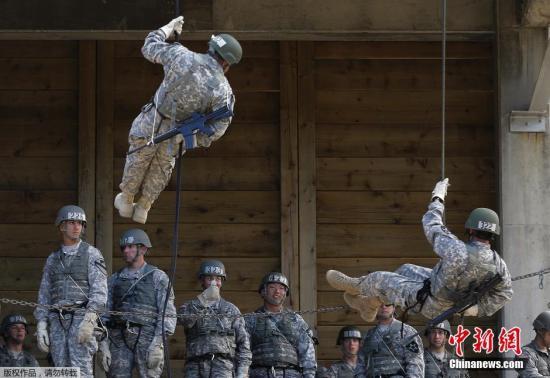 当地时间2014年9月18日,韩国京畿道东豆川,驻韩美军第2师团在美军营地举行空中强攻训练。