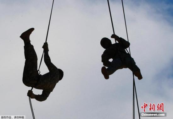 驻韩美军第2师团在美军营地举行空中强攻训练。