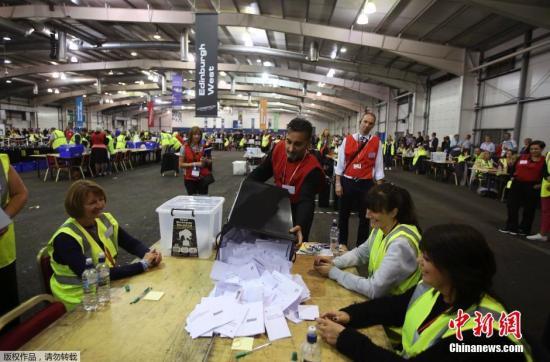 9月18日,在苏格兰爱丁堡的投票站,公投委员在投票结束后进行统计工作。当地时间9月18日早上7点,即将决定苏格兰历史的独立公投在苏格兰全境内的32个行政区悄然开始,至北京时间19日凌晨5时结束。目前,距离苏格兰公投结果的公布还有不到24小时,不管结果是什么,这都是苏格兰历史上最大规模的投票活动。