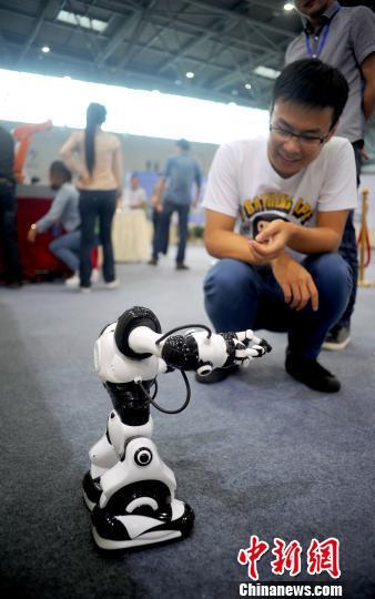 资料图:市民观看会跳舞的机器人。刘渝 摄