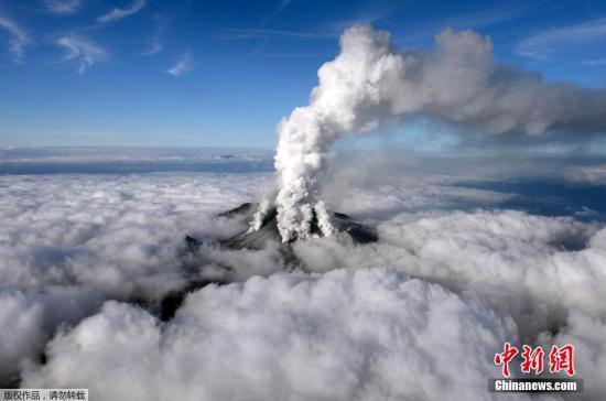 美国十日本诹访之濑岛火山喷发 大石抛飞数百米外