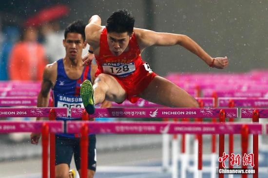 9月28日晚,仁川亚运会田径竞赛持续在仁川亚运会主体育场进行。男人110米栏预赛第二组,我国选手谢文骏(右)跑出13秒53,以小组第二成果晋级决赛。记者 富田 摄