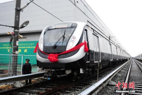 9月29日,由中国北车长客公司制造,将服务于巴西里约热内卢2016年奥运会的首列地铁车在长春下线。列车为A型不锈钢车体,采用6辆编组,最高设计速度为每小时100公里。这也是中国轨道交通装备首次在境外服务奥运会。<a target='_blank' href='http://www.chinanews.com/'>中新社</a>发 张瑶 摄