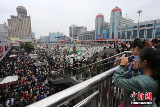 资料图 大批旅客在郑州长途客运总站售票处排队购票。中新社发 杨正华 摄
