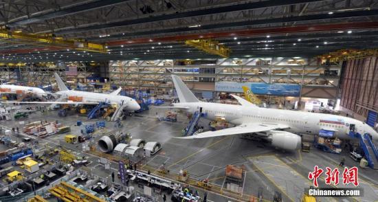 位于美国西雅图的波音公司埃弗雷特工厂,号称是世界最大的厂房建筑,也是世界上最大的飞机组装工厂,目前,波音公司747、777、787三款高端双通道飞机均在这里组装完成,并交付飞往世界各地。埃弗雷特波音工厂787组装线。<a target='_blank' href='http://www.chinanews.com/'>中新社</a>发 毛建军 摄