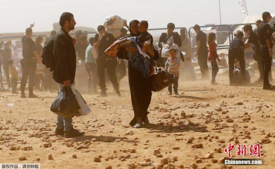 """当地时间2014年10月2日,土耳其桑尼乌法,大量叙利亚库尔德难民涌入土耳其境内,逃避""""伊斯兰国""""激进结构攻击。据悉,现在已经有近16万人逃离了叙利亚国内,这是自三年前叙利亚搏斗爆发以来,该国最大的一股难民潮。"""