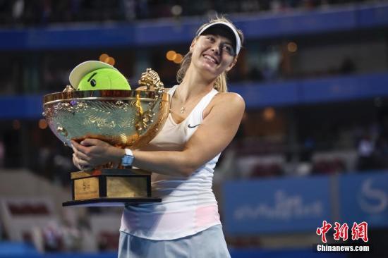 10月5日,俄罗斯选手莎拉波娃在颁奖仪式上展示奖杯。当日,在北京国家网球中心举行的2014中国网球公开赛女子单打决赛中,俄罗斯选手莎拉波娃以2比1战胜捷克选手科维托娃,夺得冠军。 /p中新社发 熊然 摄