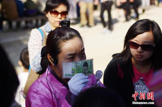 资料图:韩国首尔景福宫内一位汉语导游正向中国游客介绍韩文的由来。 <a target='_blank' href='http://www.chinanews.com/' rel=