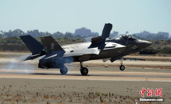 资料图: 图为F35B闪电战机飞行表演。中新社发 毛建军 摄