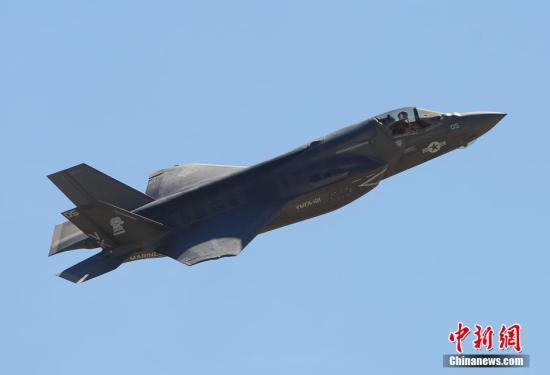"""当地时间10月3日至5日,一年一度的美国米拉马航空展在因为2013年政府关门停摆事件而中断后,今年再度重开迎接观众,美军先进的F35B""""闪电""""战机首秀航展以及众多武器装备展示,吸引了数以万计的观众前往观看。图为F35B闪电战机飞行表演。<a target='_blank' href='http://www.chinanews.com/'>中新社</a>发 毛建军 摄"""