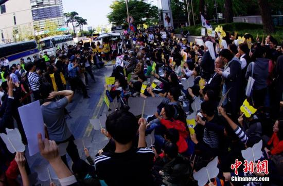 """当地时间10月8日,部分韩国的日军慰安妇受害者及人权问题声援团体""""挺身队问题对策协议会""""在日本驻韩国大使馆前静坐抗议,要求日本政府反省历史并对二战期间日本军队强征慰安妇行为作出正式道歉。韩国的慰安妇受害者及人权团体每周三都会在这里举行抗议活动,很多市民和学生也加入其中,被称为""""周三集会""""。中新社发 贾天勇 摄"""