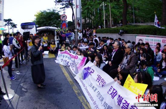 """当地时间10月8日,部分韩国的日军慰安妇受害者及人权问题声援团体""""挺身队问题对策协议会""""在日本驻韩国大使馆前静坐抗议,要求日本政府反省历史并对二战期间日本军队强征慰安妇行为作出正式道歉。发 贾天勇 摄"""