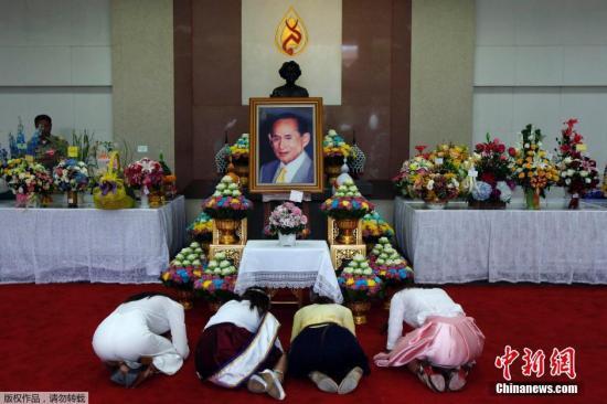 当地时间2014年10月8日,泰国曼谷,民众在医院外为康复中的泰王普密蓬祈福。