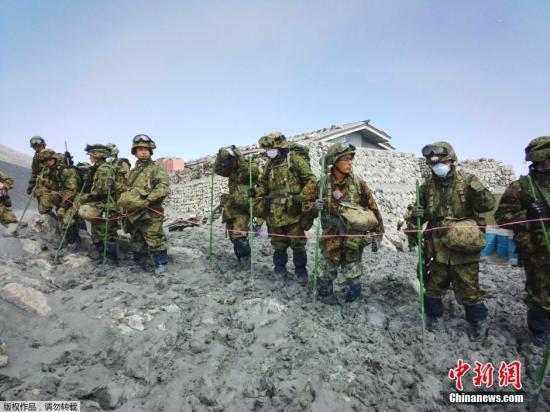 """当地时间9月27日,日本长野县与岐阜县交界处的御岳山发生火山喷发。长野县警方、消防人员和陆上自卫队7日重启了中断两天的搜救工作,在山顶附近新确认3名遇难者。至此,遇难人数升至54人。日本气象厅已向相关地区民众呼吁,警戒可能发生的次生灾害。 此次搜救,包括后方支援在内准备投入1000名搜救人员,派往山顶附近的人员为迄今最多的约440人。为避免疏漏,将把山顶附近细分为多块区域,依次确认是否有失踪人员。 受今年第18号台风""""巴蓬""""及锋面降雨影响,5日和6日的搜救工作中断。7日一早,直升机等确认了山顶附近和登山道的情况。尽管也发现火山灰泥泞、存在滑坠危险的区域,但最后判断认为可以展开搜救..."""