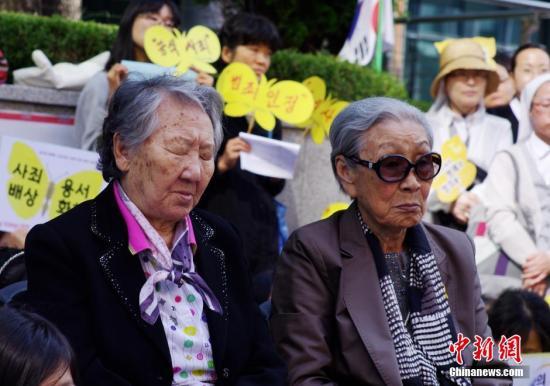 """当地时间2014年10月8日,部分韩国的日军慰安妇受害者及人权问题声援团体""""挺身队问题对策协议会""""在日本驻韩国大使馆前静坐抗议,要求日本政府反省历史并对二战期间日本军队强征慰安妇行为作出正式道歉。图为参加静坐抗议的慰安妇受害者。<a target='_blank' href='http://www.chinanews.com/'>中新社</a>发 贾天勇 摄"""