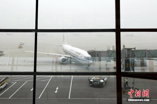 原料图:北京首都国际机场的飞机。中新社发 陈幼愿 摄