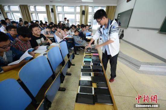 资料图:中南大学软件学院倡议学生先交手机再上课,此举得到众多师生的认可。<a target='_blank' href='http://www.chinanews.com/'>中新社</a>发 杨华峰 摄
