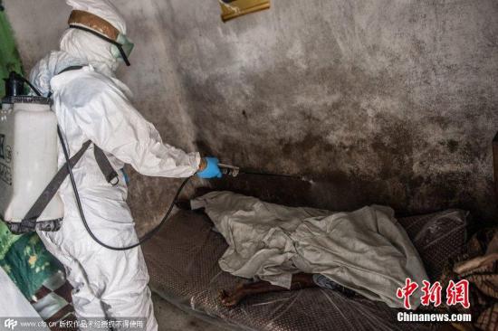 美国拟将可能感染埃博拉医护人员列入禁飞名单