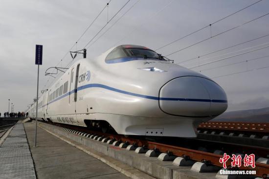 10月17日,兰新高铁(青海段)进行信号系统联调联试,测试中最高时速超过200公里每小时,与此同时,相关调试工作人员还对设备进行精调和补充实验。兰新高铁全线长1776公里,跨越甘肃、青海、新疆,为目前世界上一次性建设里程最长的高速铁路,是中国西部最长的高标准铁路建设项目,也是中国首条在青藏高原和高海拔地区修建的高速铁路。罗云鹏 摄