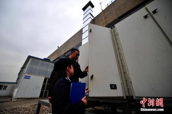 材料图10月21日,北士保拘肖做职员正在对氛围净化企业停止查抄。a target='_blank' href='http://www.chinanews.com/' 种孤网/a记者 金硕 摄