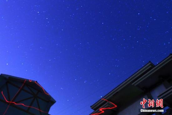 资料图:在重庆万州区上空拍摄的猎户座流星雨。中新社发 赵俊超 摄 图片来源:CNSPHOTO
