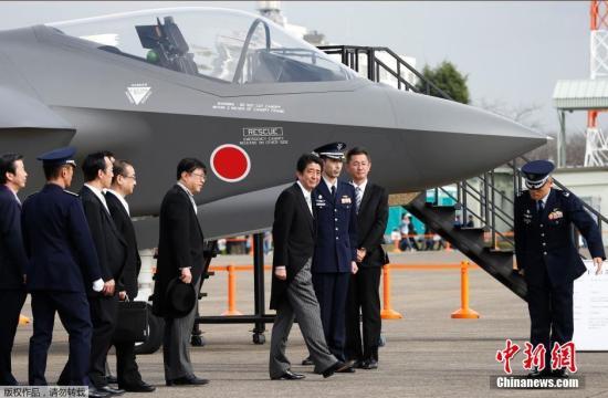 资料图:当地时间2014年10月26日,日本东京,日本首相安倍晋三在茨城县小美玉市的航空自卫队百里基地出席了自卫队成立60周年航空阅兵式。