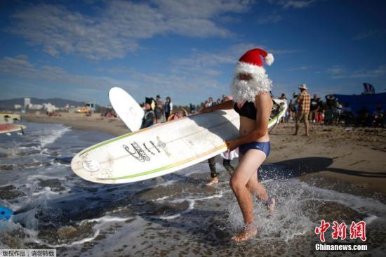 当地时间2014年10月25日,美国冲浪爱好者在加州海滩举行万圣节冲浪比赛,选手奇葩造型吸引眼球。