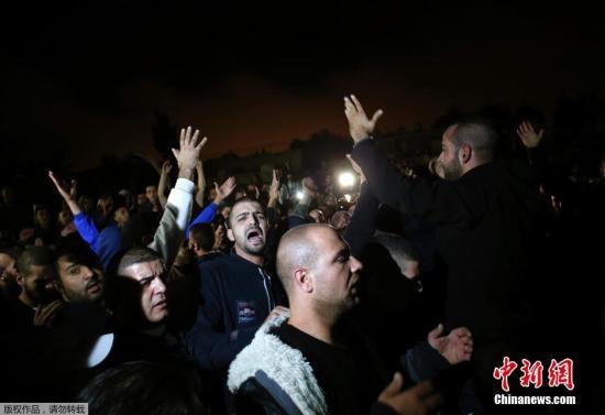 当地时间2014年10月30日,民众聚众悼念被以色列警方击毙的巴勒斯坦人。30日,在阿克萨清真寺,以色列警方击毙一名涉嫌谋杀犹太活动家的巴勒斯坦人,该事件成为引起巴以新一轮冲突的导火索。