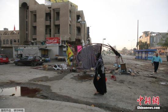 当地时间2014年11月1日,伊拉克首都巴格达,当地发生两起汽车炸弹袭击,造成至少14人死亡、51人受伤。当天下午,一名自杀式袭击者驾驶载有爆炸物的卡车冲进巴格达南部杜拉区一个人流密集的警方检查站并引爆炸弹,造成包括袭击者本人在内至少11人死亡、42人受伤。