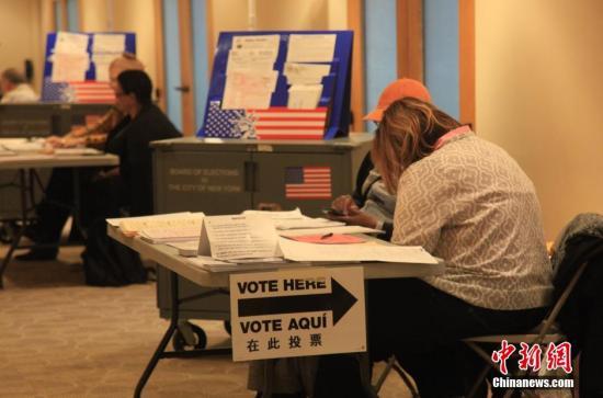 资料图:2014年美国中期选举一投票站点外,指示牌上出现中文标注。&#10;<a target='_blank' href='http://www.chinanews.com/'>中新社</a>发 阮煜琳 摄