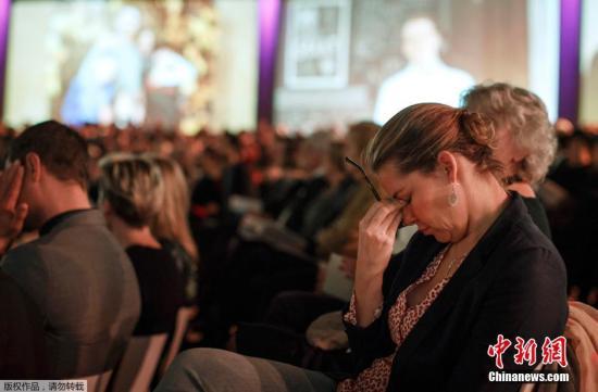 当地时间2014年11月10日,荷兰阿姆斯特丹,在马航MH17航班失事四个月后,遇难者的亲友们聚集在一起进行悼念。