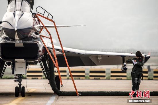资料图:中国首批歼击机女飞行员。中新社发 龙宇阳 摄