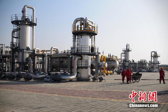 """资料图:新疆昌吉州的""""中国最大储气库""""。 马新龙 摄"""