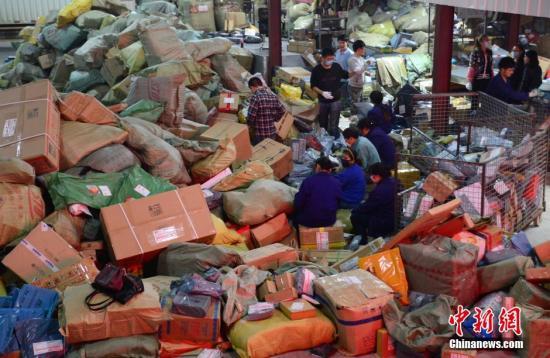 资料图:快递分拣中心。 <a target='_blank' href='http://www.chinanews.com/'>中新社</a>发 胡国林 摄 图片来源:CNSPHOTO