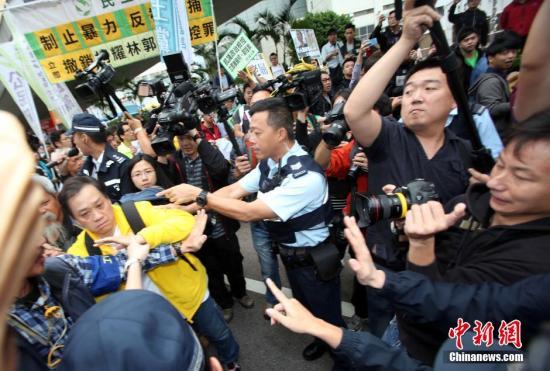 """资料图:2014年11月13日,香港""""占领中环""""非法集会,金钟非法占领区有集会者到警察总部示威,因事先没有得到警方批准,警方在马路阻止游行队伍。中新社发 洪少葵 摄"""