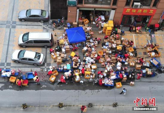 资料图:快递公司包裹已堆满仓库。 <a target='_blank' href='http://www.chinanews.com/'>中新社</a>发 吕雪良 摄 图片来源:CNSPHOTO